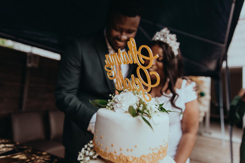 Hình ảnh được thực hiện bởi nhiếp ảnh gia đám cưới ở Amsterdam cho thấy chiếc bánh cưới có tên cặp đôi ở trên cùng. Vợ chồng sắp cưới không tập trung vào việc ở sau một chiếc bánh và đi cắt nó.