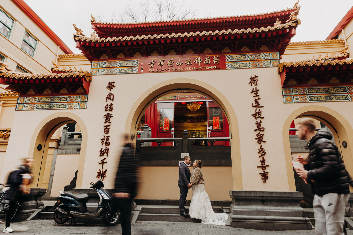Wedding couple photoshoot in front of He Hua Tempel or Fo Guang Shan Holland Tempel in China town Amsterdam.
